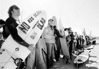 Los surfistas protestan para que no les dejen sin las olas