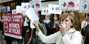 Manifestación contra la embajada de Canadá en Madrid (Efe).