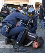 Policías antidisturbios detienen a un joven (Foto: Efe)
