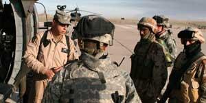 Soldados americanos reciben órdenes de un superior (<STRONG&gr;Foto:</STRONG&gr; <A href=