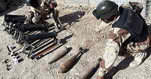 Soldados iraquíes reunen morteros y protectiles en su cuartel en la ciudad de Baquba, Irak (Efe)