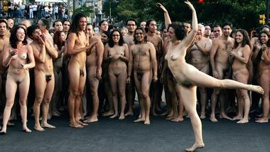 Cientos de venezolanos posaron desnudos en Caracas (Foto: Efe)