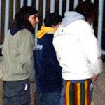 Jóvenes orinan durante el 'macrobotellón' (Foto: M. Villa)