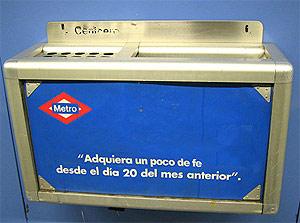 Una papelera del Metro, modificada digitalmente.