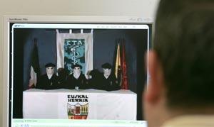Un periodista observa el video de ETA, donde hoy la organización terrorista ETA ha anunciado un