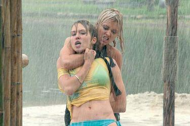 Dos de las protagonistas luchan en la película.