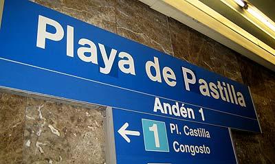 El cartel modificado en Plaza de Castilla, captada por un lector (foto: Carlos Cupido).