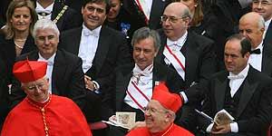 El ministro de Defensa, José Bono y otras autoridades junto al arzobispo de Toledo, Antonio Cañizares, nombrado cardenal hoy en Roma (EFE).
