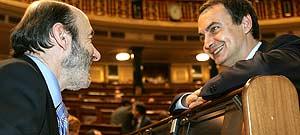 El presidente Zapatero conversa con el portavoz parlamentario socialista, Alfredo Pérez Rubalcaba en el pleno del Congreso que ha aprobado el Estatut (Efe)
