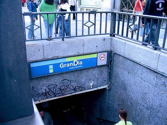 galería arte callejero - gran día. Hoy puede ser un Gran Día, que diría Joan Manuel Serrat. Sobre todo si llega a coger el Metro por el acceso de Fuencarral. La pegatina, colocada por Red Retro, logró esbozar unas cuantas sonrisas de los usuarios del suburbano.