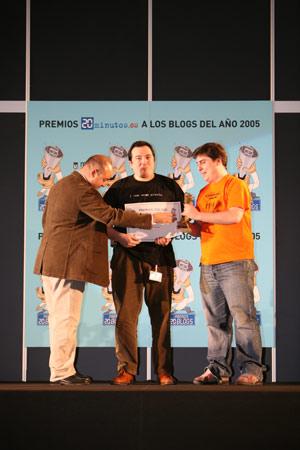 Galeria premios 20 blogs pixel y dixel. El premio al mejor blog con autor colectivo es para Pixel y Dixel, de Jonan Basterra (Pixel) y Marcos Morales (Dixel).