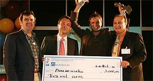 Rafael Fern�ndez (2� por la dcha.) recoge el premio al mejor blog del a�o (Sergio Gonz�lez)