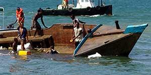 Rescate del barco naufragado en Yibuti (Reuters).