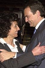 Fotografía de archivo, tomada el 16.04.04, del presidente del Gobierno, José Luis Rodríguez Zapatero, y la diptuada socialista por Madrid Mercedes Cabrera (EFE).