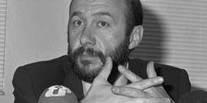 Rubalcaba declara ante los medios en 1990, cuando era secretario general de Educación. (Efe)