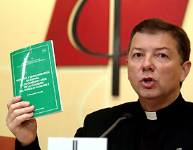 El portavoz de la CEE, Martínez Camino, durante la rueda de prensa (EFE)