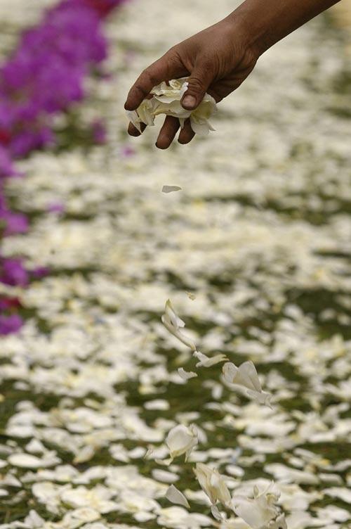 140406 - Foto procesión Guatemala. Vista de la alfombra de flores en una calle de Antigua Guatemala ayer, jueves 13 de abril, durante la procesión de Jesús Nazareno de la Humildad, dentro de las actividades religiosas del Jueves Santo.
