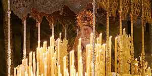 El paso de la Virgen de La Macarena al comienzo de la estación de penitencia de esta hermandad (Efe).