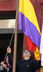 El coordinador general de IU, Gaspar Llamazares, participó hoy en un acto de homenaje a la Segunda República celebrado en el Ayuntamiento de Grado (EFE).