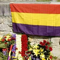 La Ciudadela de Pamplona acogió este mediodía, en el 75 aniversario de la II República, un homenaje a la misma (Efe).