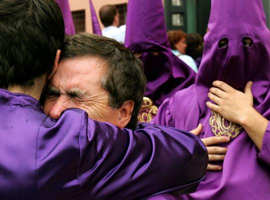 140406-Semana Santa Sevilla Cachorro. En Sevilla llueven lágrimas. Un nazareno de la hermandad de La O, llora tras conocerse la noticia de que esta cofradía no saldrá en estación de penitencia debido a la lluvia que cae esta tarde de Viernes Santo en Sevilla.