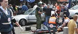 Personal médico atienden en la calles de Tel Aviv (Israel) a los heridos por el atentado suicida de esta mañana (Reuters)