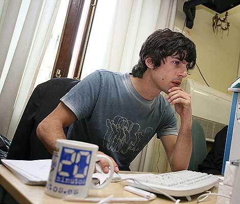 Alejo tecleando. El actor en un momento del encuentro digital en 20minutos.es. A pesar de tener un dedo roto, Alejo puso toda su energía en el teclado.