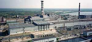 Chimeneas sobre el reactor número 4, cubierto con el sarcófago de hormigón, en una foto de 1998.