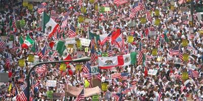 Miles de personas marchan en Los Ángeles por una reforma migratoria