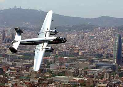 Bombardero sobrevolando Barcelona