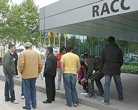 Socios esperando delante del RACC