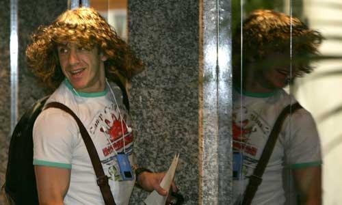 Puyol con la selección. Un sonriente Carles Puyol espera el ascensor en el hotel donde han sido citados los internacionales por Luis Aragonés. Leer noticia