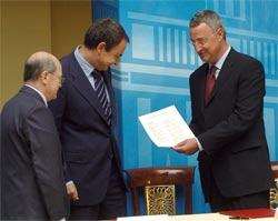 Zapatero, Cuevas y Caldera, tras firmar el acuerdo sobre la reforma laboral (Foto: Efe)
