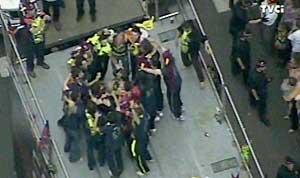 Los jugadores se abrazan haciendo el 'corrillo' sobre el autobús (Captura TVE)