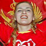 Una montenegrina festejan el triunfo de la Independencia en el referéndum