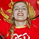 Una montenegrina festejan el triunfo de la Independencia en el refer�ndum