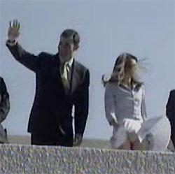 La princesa Letizia trata de recolocar su falda