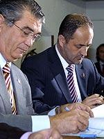 Solans firma los documentos con Iglesias