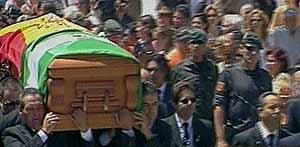 El féretro es llevado en hombros por las calles de Chipiona. (Tele5)