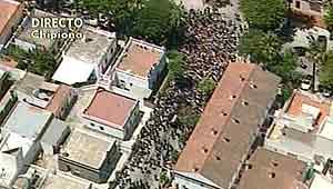 Vista aérea del cortejo fúnebre por las calles de Chipiona.