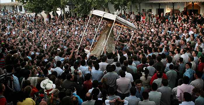 rocio vaivén. A veces pareciera que la imagen pierde el equilibrio, pero el tropel de fervientes romeros conservan el paso y siguen con la procesión.
