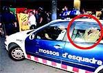 Arcadi Espada (en el círculo) protegido en un coche de los Mossos de Esquadra (FOTO: El Periódico).