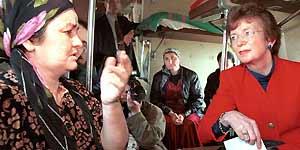 Imagen de archivo, tomada en Ordzhonikidzevskaya (Ingushetia) el 2 de abril de 2000, de la ex presidenta de Irlanda Mary Robinson. (Efe)