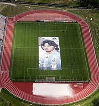 El póster gigante de Messi, dentro del estadio. (Efe)