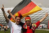 Aficionados de Alemania ante el estadio de Múnich. (Oliver Berg/Efe)
