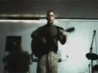 'El presunto 'marine' durante la intepretación de su esperpéntica canción.