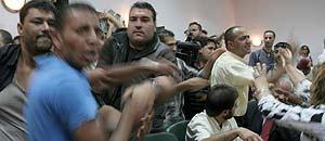 Funcionarios palestinos irrumpen en Parlamento de Ramala para pedir el pago de su atrasos (Efe).