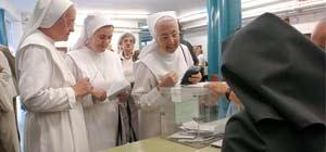 Un grupo de monjas acuden a votar en el referéndum del Estatut (Foto: Efe)