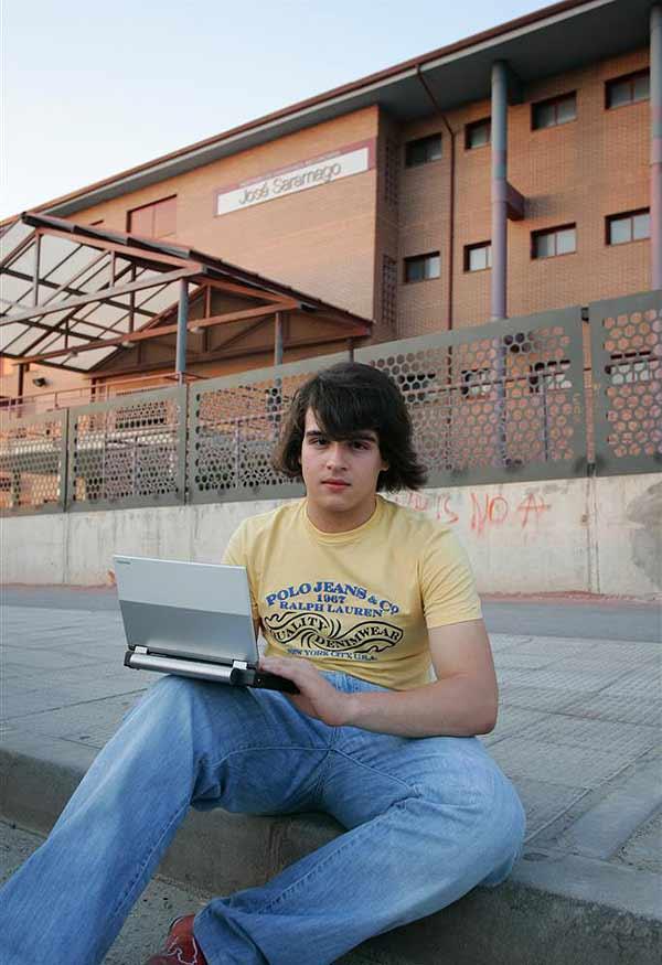 El blogger acusado delante de su centro de estudios