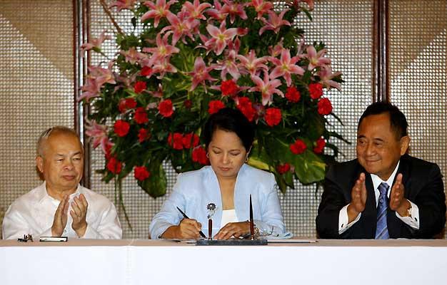 Macapagal firma la ley que deroga la pena de muerte. (Cheryl Ravelo / Reuters)